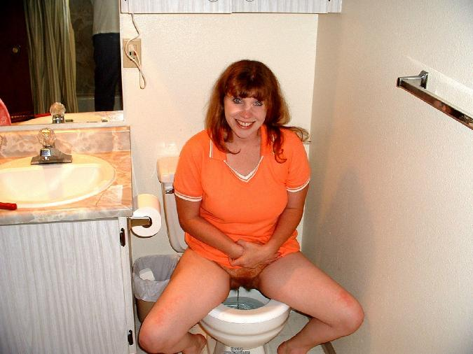 Смотреть писсующих женщин в туалетах